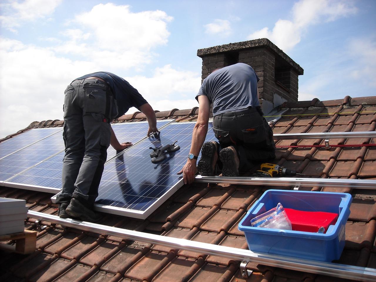 Aurinkopaneeli voidaan asentaa omakotitalon katolle helposti
