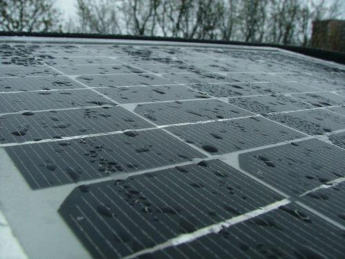Aurinkopaneelit puhdistuvat sateella