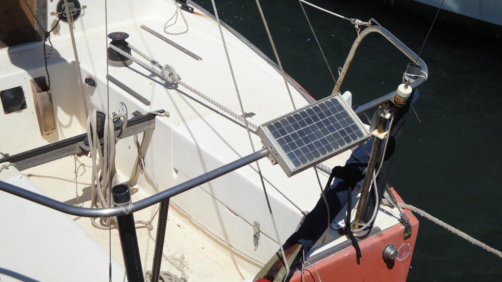 Pieni aurinkopaneeli veneessä